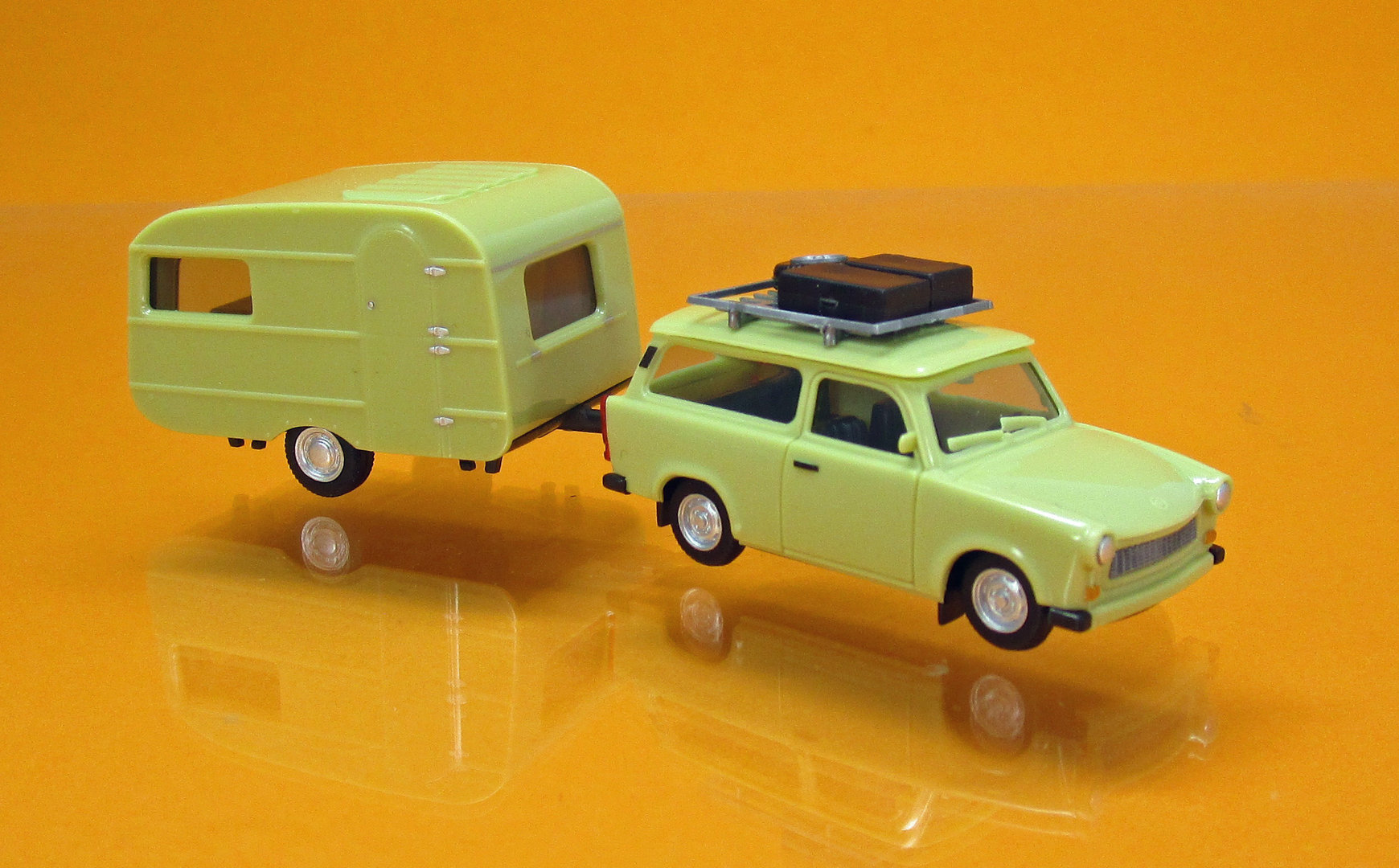 ifa trabant 601 universal mit dachtr ger und wohnwagen qek. Black Bedroom Furniture Sets. Home Design Ideas