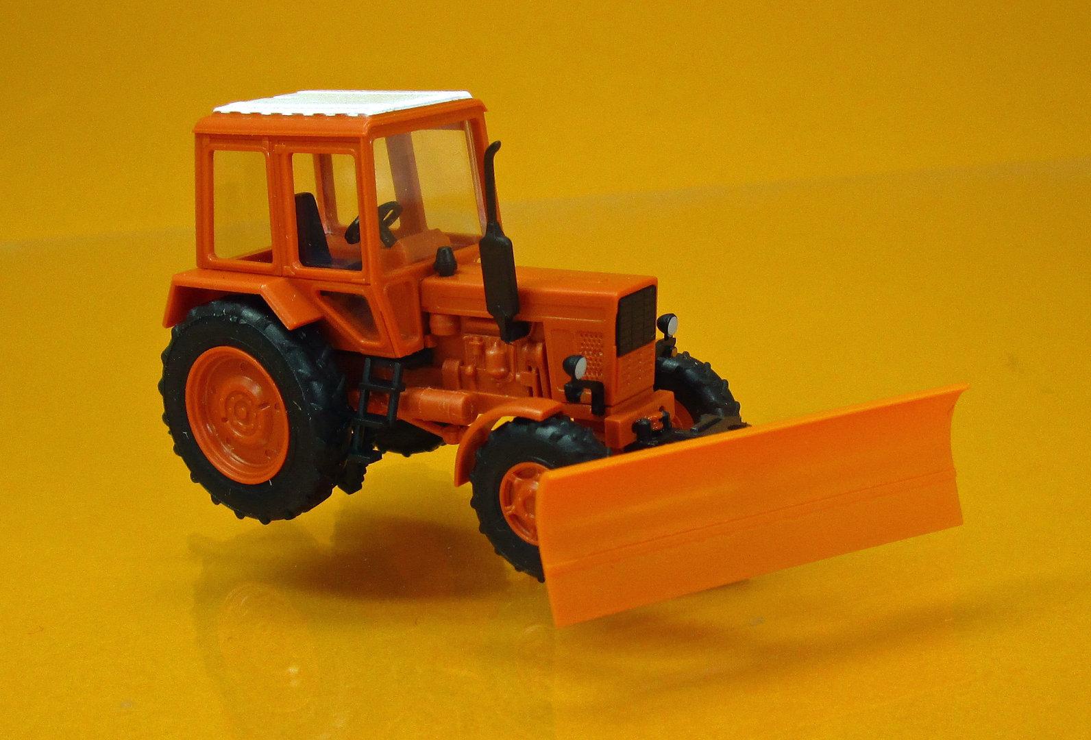 Traktor Belarus MTS-82 mit Schneeschieber